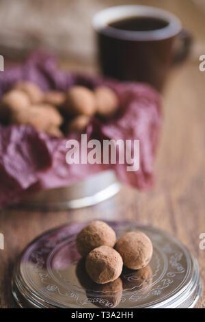 Truffes au chocolat foncé avec du cacao en poudre sur une assiette à dessert