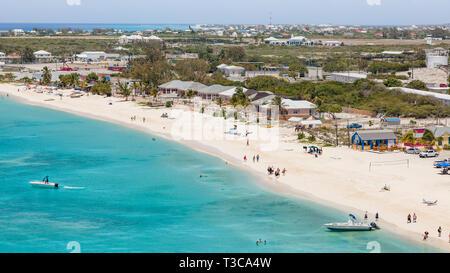 Vue aérienne de la plage à la croisière centre de Grand Turk dans les Caraïbes avec vue sur Cockburn Town. Banque D'Images