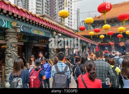 Les fidèles des Sik Sik Yuen Wong Tai Sin Temple, un temple Taoïste à New Kowloon, Hong Kong, Chine Banque D'Images
