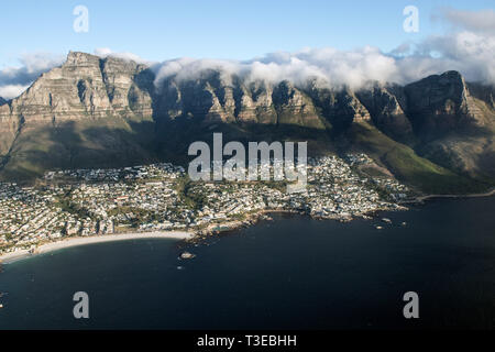 Apostoles 12 forme l'arrière de la montagne de la table au Cap sur Camps Bay en Afrique du Sud Banque D'Images
