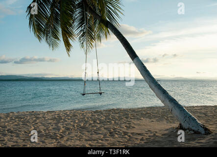 Beach swing attaché à un palmier tropical en paramètres. RF travel concept hors-saison. Îles San Blas, Panama, Amérique centrale. Oct 2018 Banque D'Images