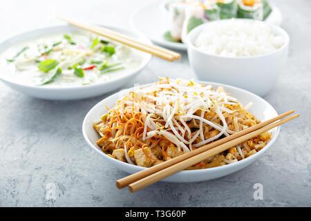 Les nouilles pad Thaï au poulet Banque D'Images