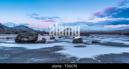 Le lever du soleil sur la glace d'Lochan na h-achlaise sur Rannoch Moor près de l'entrée à Glencoe dans les Highlands écossais Banque D'Images
