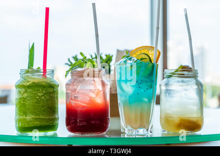 Variété de cocktails et jus de fruits glacé sur table en verre de cocktail sans alcool Banque D'Images