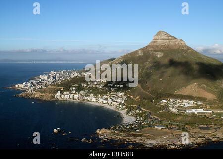 Ariel Voir mettant en vedette Lions Head et les populaires plages de Clifton à Cape Town. L'Afrique du Sud.