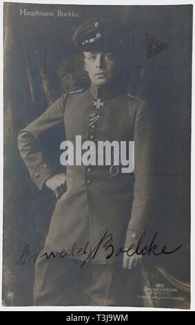 Premier Lieutenant Max Immelmann (1890-1916), une signature à l'encre par Boelcke Sanke portrait postcard no. 363 Nom complet avec l'inscription 'Oswald Boelcke'. Unmailed. Autographe rare de Boelcke, à côté d'Immelmann le plus réussi d'un pilote de chasse de la début de la guerre. Jusqu'à sa mort le 28 octobre 1916, il a atteint un total de 40 victoires aériennes. Immelmann Boelcke même formé sur le Fokker, bien qu'au cours d'un vol unique. Seulement deux jours plus tard, le 1er août 1915, Immelmann gagné sa première victoire aérienne avec la deuxième Fokker de l'unité - un Additional-Rights Clearance-Info-incre,-Not-Available Banque D'Images