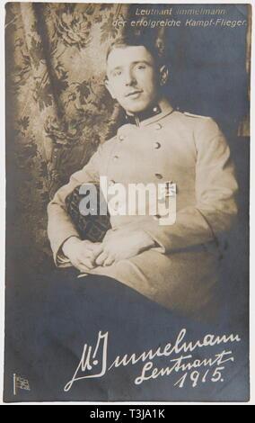 Premier Lieutenant Max Immelmann (1890 - 1916), un portrait signé Emil Carte postale Carte postale Richter, titré 'Lieutenant Immelmann le pilote de chasse réussie', la photo avec un exposé sur l'arrière, signature à l'encre signé 'M. 31/12/1915 Le Lieutenant Immelmann'. Nice, début de manuscrit. Immelmann est déjà le port de la Croix de Fer de 1re classe, qu'il a gagné pour sa première victoire aérienne en août 1915. Jusqu'en décembre 1915, il avait déjà réalisé un remarquable sept victoires aériennes. personnes, 1910, 20e siècle, les pays fournisseurs de troupes, les forces armées, militaires, Additional-Rights Clearance-Info,--Not-Available Banque D'Images