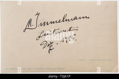 Premier Lieutenant Max Immelmann (1890 - 1916), un portrait signé Emil Carte postale Carte postale Richter, titré 'Lieutenant Immelmann le pilote de chasse réussie', la photo avec un exposé sur l'arrière, signature à l'encre signé 'M. 31/12/1915 Le Lieutenant Immelmann'. Nice, début de manuscrit. Immelmann est déjà le port de la Croix de Fer de 1re classe, qu'il a gagné pour sa première victoire aérienne en août 1915. Jusqu'en décembre 1915, il avait déjà réalisé un remarquable sept victoires aériennes. , 1910, 20e siècle, les pays fournisseurs de troupes, les forces armées,, militaire, mili, Additional-Rights Clearance-Info-Not-Available- Banque D'Images