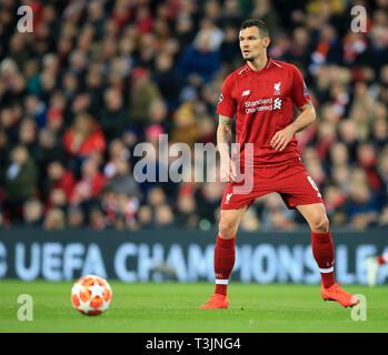 9 avril 2019, Anfield, Liverpool, Angleterre; Ligue des Champions de football, quart de finale 1ère manche, Liverpool contre le FC Porto, Dejan Lovren de Liverpool contrôle la balle avant de faire une passe Banque D'Images