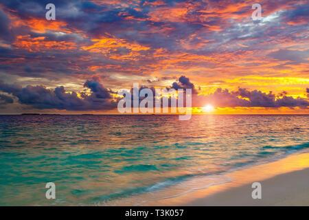 Coucher de soleil sur l'océan sur des Maldives Banque D'Images