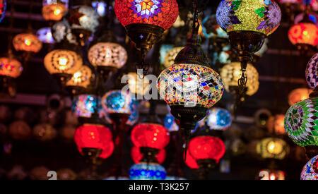 Les Lapm lumière suspendu traditionnel turc belles ampoules colorées Crystal Gold Souk de Dubaï cliquez sur Banque D'Images