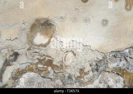 Vieux Mur avec texture en stuc gris Peel. Retro Vintage porté Wall Background. Abstract Rude fissuré en décomposition à la surface du mur. Banque D'Images
