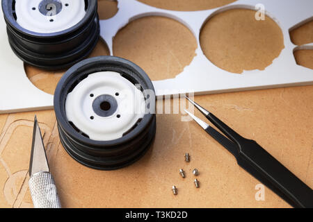 Brucelles fines, hobby knife, petits boulons et pièces en plastique coupe CNC prêt pour l'assemblage ou de prototypage. Banque D'Images