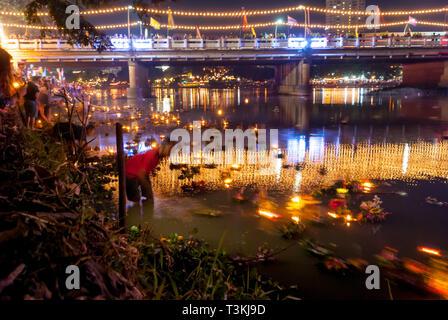 Chiang Mai, Thaïlande - Nov 2015: lanternes flottantes avec des fleurs sur la rivière bof Yi Peng (Yee peng) festival à Chiang Mai, motion image Banque D'Images