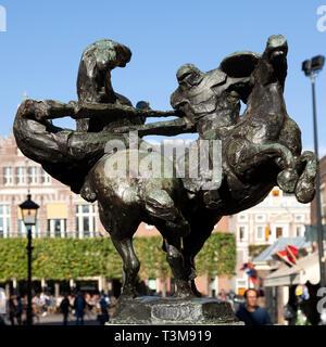 L'inscription des chevaliers de tournoi à Haarlem, aux Pays-Bas. La sculpture s'affiche sur le Grote Merkt. Banque D'Images