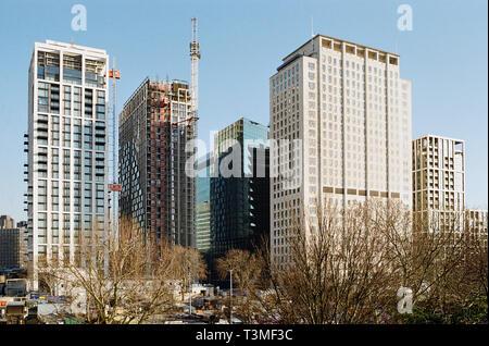 De nouveaux immeubles de grande hauteur et le bâtiment du Centre de Shell sur le South Bank, Londres UK, près du London Eye Banque D'Images