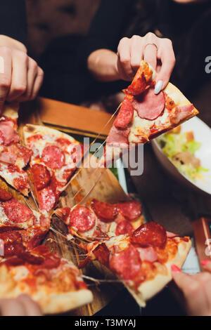 Pizza carbonara mains saisissant sur table en bois rustique. Food concept. Vue d'en haut Banque D'Images