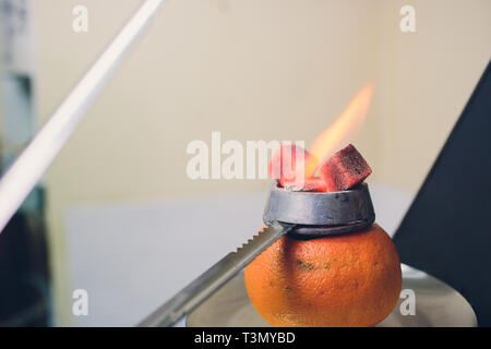 Un homme se préparer dans le narguilé narguilé sisha bar art. Tabaco préparation Banque D'Images