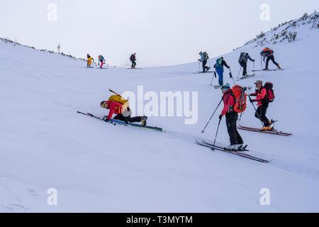 Groupe d'alpinistes gravir et atteindre le sommet de l'une des plus spectaculaires pics dans le Parc National Retezat, Roumanie, le Sommet de Retezat en skis. Banque D'Images
