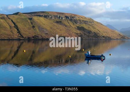 Reflets colorés dans l'eau calme de Loch Harport sur l'île de Skye, région des Highlands, Ecosse, Royaume-Uni