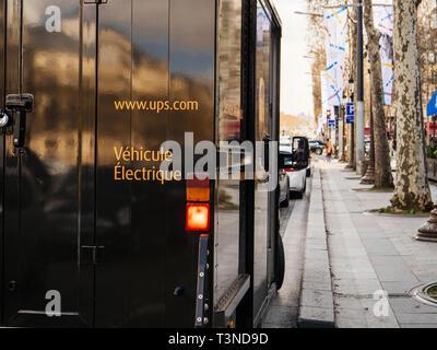 Paris, France - Mar 19, 2019: UPS United Parcel Service electric van stationné sur l'Avenue des Champs Elysées avenue livraison de colis sans impact sur l'environnement Banque D'Images