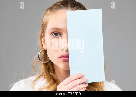 D'émotion femme aux cheveux longs avec des yeux bleus et des lèvres roses Banque D'Images