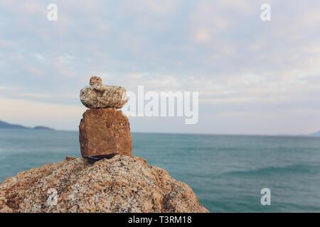 La méditation Zen spa relaxation - fond effet retro vintage style Hippie de l'image filtrée balanced stones pile avec frangipani plumeria flower Banque D'Images