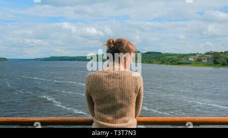 Jeune femme debout sur le pont du navire de croisière et à la rivière à Banque D'Images