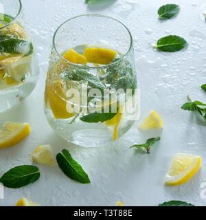 Glace verre à cocktail/rafraîchissement avec des citrons et de menthe