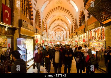 Istanbul,Turquie, mars 07,2019:grand groupe de personnes à l'intérieur du bazar égyptien. Spice Bazaar est le plus vieux bazar à Istanbul Banque D'Images