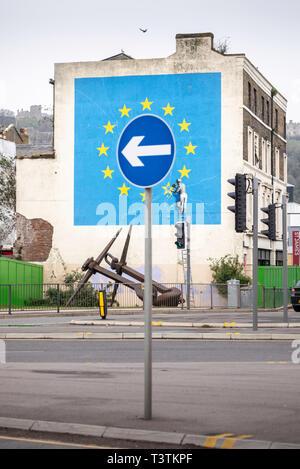 Quel avenir pour Brexit?? Un panneau routier indique seulement à partir de la célèbre Banksy Brexit murale sur le côté d'un bâtiment abandonné dans la région de Dover. Date photo me Banque D'Images