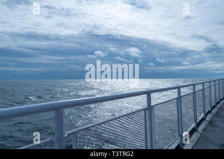 Garde-corps sur un pont supérieur du navire avec l'horizon de convergence et de bleu du ciel dans la distance Banque D'Images