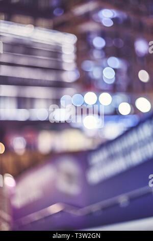 Les lumières de la ville floues la nuit, couleur tonique résumé contexte urbain. Banque D'Images