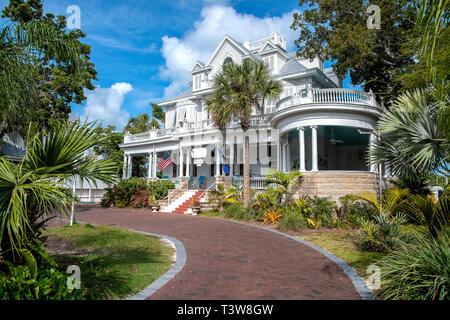 Vintage white mansion à Key West en Floride avec allée en brique et de palmiers