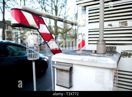 Oldenburg, Allemagne. 07Th Mar, 2019. Une voiture conduit au-delà d'un dispositif de mesure de la qualité de l'air à Heiligengeistwall. Credit: Hauke-Christian Dittrich/dpa/Alamy Live News Banque D'Images