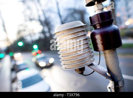 Oldenburg, Allemagne. 07Th Mar, 2019. Les voitures roulent au-delà d'un appareil de mesure pour mesure la qualité de l'air à l'Heiligengeistwall. Credit: Hauke-Christian Dittrich/dpa/Alamy Live News Banque D'Images