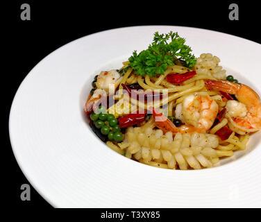 Fruits de mer Spaghetti aux fruits de mer style Thaï chili épicé (Spaghetti Pad Kee Mao) Banque D'Images