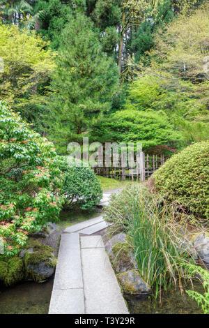 Passerelle dans le jardin japonais, Portland, Oregon, United States Banque D'Images