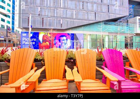 Toronto, Canada le 12 octobre, 2018: chaises colorées sur la rue King à l'avant si le TIFF (Toronto International Film Festival) l'entrée Banque D'Images