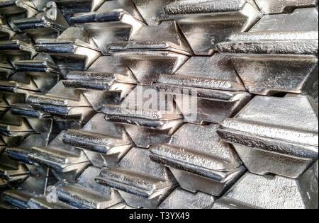 Lingots d'aluminium. Transport de l'aluminium pour l'exportation. Banque D'Images