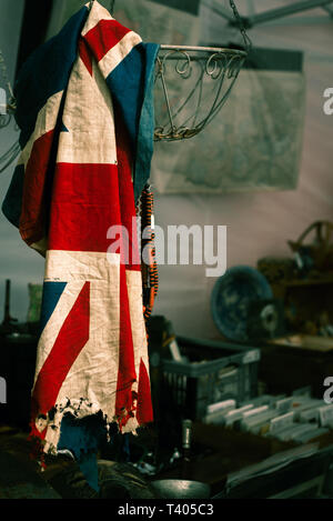 Ancien endommagé pavillon britannique en vente dans une boutique de seconde main Banque D'Images
