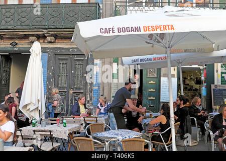 Les gens Waiter serving clients assis aux tables à l'extérieur en plein air manger au Café Desperta Bogani à Porto, Portugal Europe UE KATHY DEWITT Banque D'Images