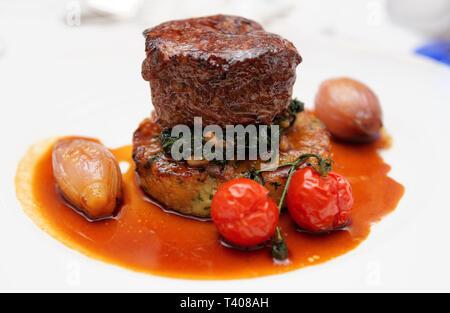 Bifteck de filet avec purée de pommes de terre, épinards légumes ang, close-up Banque D'Images