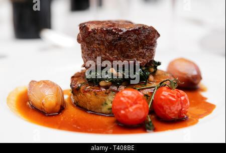 Steak sauce aux épinards, d'oignons doux et de tomates cerises Banque D'Images