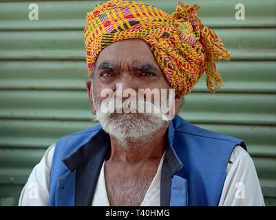 Personnes âgées du Rajasthan indien homme avec un turban coloré headwrap pose pour la caméra. Banque D'Images