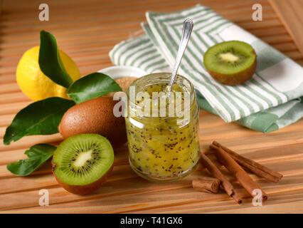 Confiture de kiwis parfumée à la cannelle - libre Banque D'Images