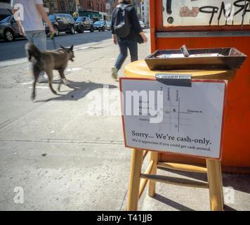 Un signe extérieur d'un restaurant dans le quartier de Nolita à New York potentiel informe diners qu'il s'agit d'un argent comptant seulement création, vu le Samedi, Avril 6, 2019. (© Richard B. Levine)