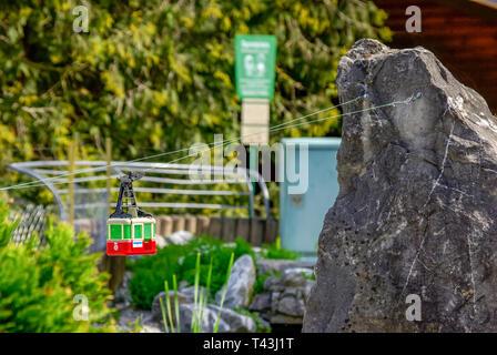 Un téléphérique du chemin de fer modèle sur l'île de Mainau, sur le lac de Constance, Allemagne, passe par l'image. Banque D'Images