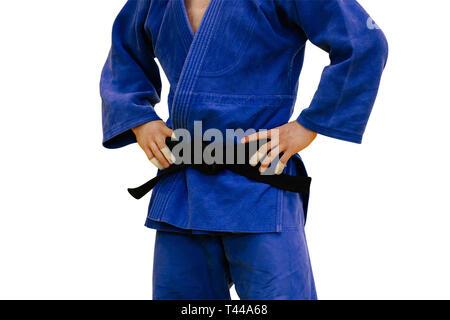 Un athlète de judo isolés en kimono bleu et ceinture noire