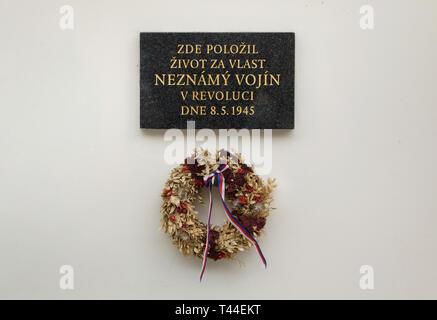 Plaque commémorative sur le lieu où un soldat inconnu est décédé le 8 mai 1945 lors de l'Insurrection de Prague placé sur la maison Tyrš (Tyršův dům) dans Malá Strana (ville basse) à Prague, République tchèque. Texte en tchèque signifie: un soldat inconnu est mort ici pour son pays au cours de la révolution le 8 mai 1945.